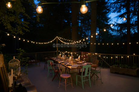 String lights and candles on balcony and dining table at nightの写真素材 [FYI02296117]