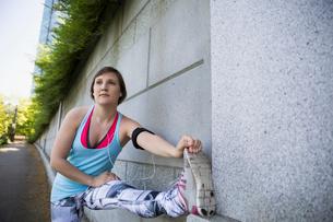 Runner stretching legの写真素材 [FYI02296286]