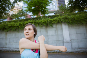 Runner stretching arm in parkの写真素材 [FYI02296400]