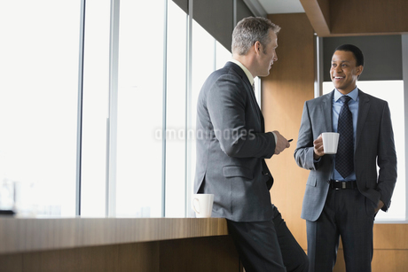 Businessmen talking in conference roomの写真素材 [FYI02296516]