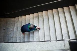 Runner stretching legs on city stepsの写真素材 [FYI02296567]