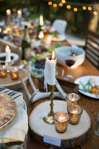 Candles and food on wedding reception dining tableの写真素材 [FYI02296710]