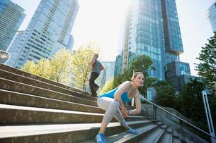 Runner stretching legs on city stepsの写真素材 [FYI02296822]