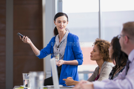 Conference leader gesturing in classroom.の写真素材 [FYI02296852]