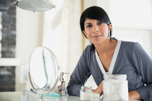 Portrait of mature woman at dressing tableの写真素材 [FYI02297028]