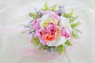 オーガンジーの上のバラの花のブーケとリボンの写真素材 [FYI02297142]