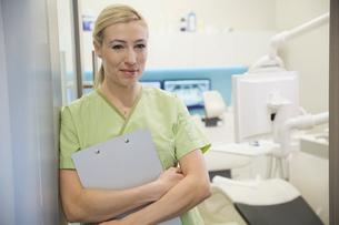 Portrait of confident dental assistant in office doorwayの写真素材 [FYI02297298]