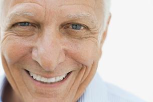 Close-up portrait of smiling manの写真素材 [FYI02297435]