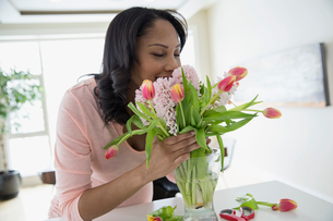 Woman smelling bouquet of flowersの写真素材 [FYI02297499]