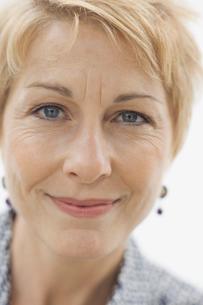 Close-up portrait of confident womanの写真素材 [FYI02297838]