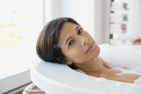 Portrait of woman in bubble bathの写真素材 [FYI02297897]