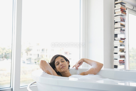 Woman relaxing in bubble bathの写真素材 [FYI02297995]
