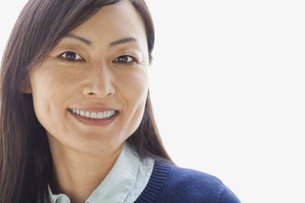 Portrait of smiling woman against white backgroundの写真素材 [FYI02297997]