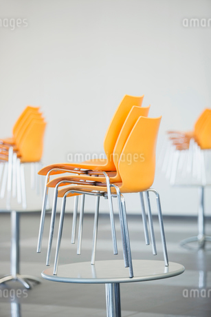 Stacked chairs on table in cafeteriaの写真素材 [FYI02298084]