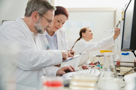 Male and female medical professionals working in labの写真素材 [FYI02298273]