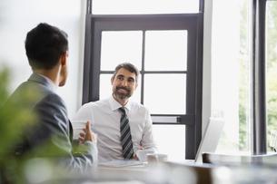 Businessmen talking in restaurantの写真素材 [FYI02298511]
