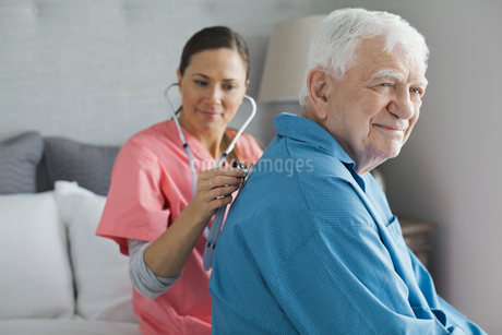 Senior man being examined by home care nurseの写真素材 [FYI02298541]