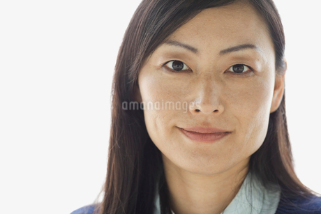 Portrait of confident woman against white backgroundの写真素材 [FYI02298643]