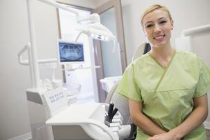 Portrait of dental assistant in officeの写真素材 [FYI02298766]