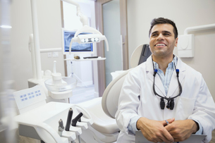Dentist laughing in officeの写真素材 [FYI02299021]