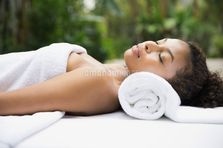 Relaxed woman on massage tableの写真素材 [FYI02299043]