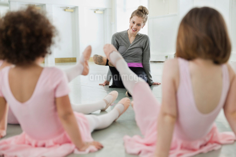 Female ballet instructor teaching children in ballet studioの写真素材 [FYI02299333]