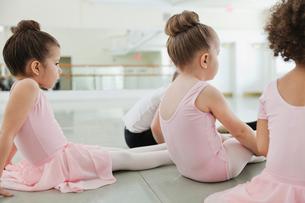 Children doing stretching exercises in ballet studioの写真素材 [FYI02299340]