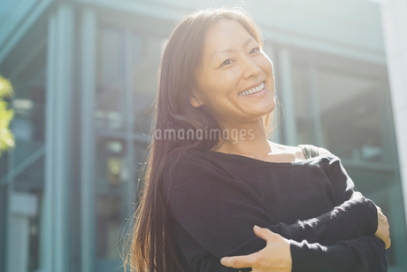 Portrait of smiling woman outdoorsの写真素材 [FYI02299448]