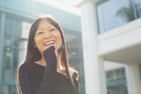 Cheerful woman standing outdoorsの写真素材 [FYI02299505]