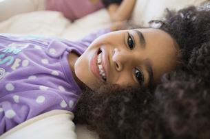 Portrait of cute girl in bedの写真素材 [FYI02299516]