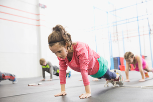 Determined girl practicing plank-holdsの写真素材 [FYI02299665]