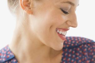 Side portrait of smiling womanの写真素材 [FYI02299952]