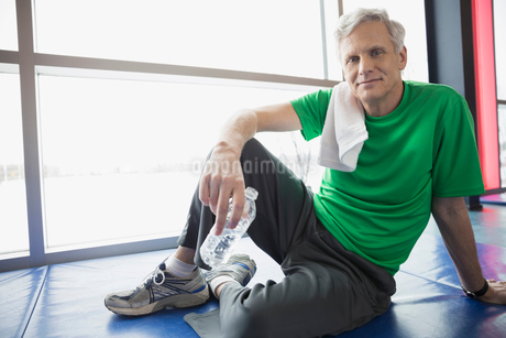 Portrait of man with water bottle at gymの写真素材 [FYI02300264]
