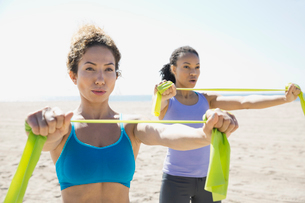 Women exercising with resistance band on beachの写真素材 [FYI02300266]