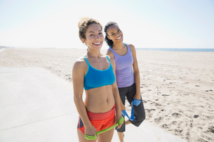 Women exercising with resistance band on beachの写真素材 [FYI02300700]