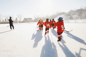 Ice hockey team skating on outdoor rinkの写真素材 [FYI02300863]