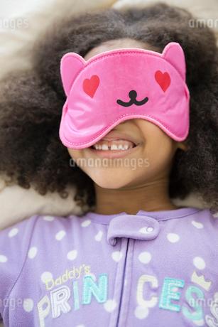 Playful girl wearing eye maskの写真素材 [FYI02301074]
