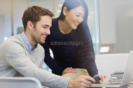 Business people using laptop in officeの写真素材 [FYI02301318]