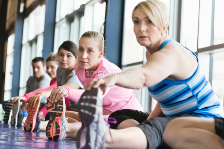 Group of people stretching on mats in fitness classの写真素材 [FYI02301513]