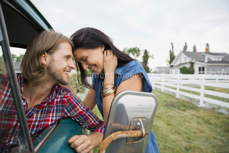 Affectionate couple outdoorsの写真素材 [FYI02301769]