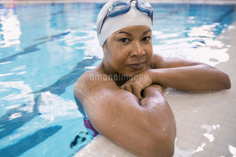 Close up portrait of woman in swimming poolの写真素材 [FYI02301985]