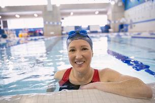 Portrait of smiling woman in swimming poolの写真素材 [FYI02302132]