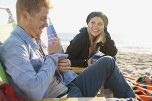 Couple camping on beachの写真素材 [FYI02302286]