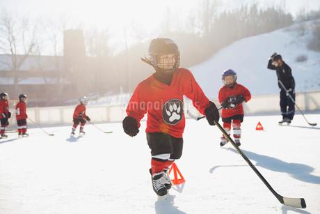 Ice hockey players training on outdoor skating rinkの写真素材 [FYI02302392]
