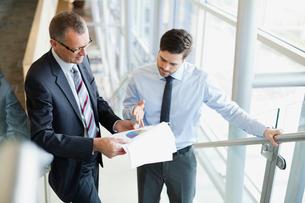 Businessmen discussing pie chartの写真素材 [FYI02302503]