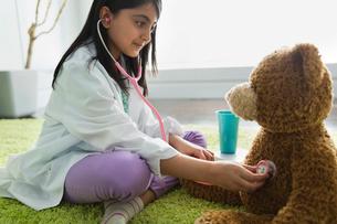 Girl pretending to be doctorの写真素材 [FYI02302555]
