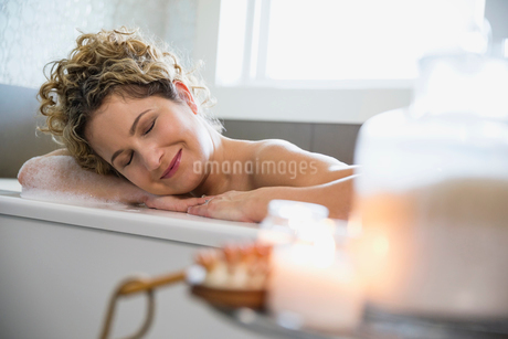Mature woman relaxing in bathtubの写真素材 [FYI02302767]