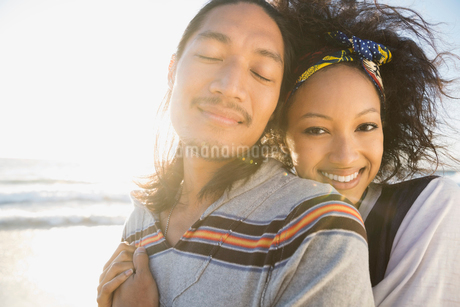 Affectionate couple on beachの写真素材 [FYI02302801]