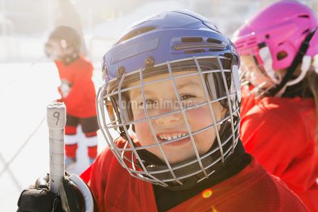 Portrait of cute boy in ice hockey helmetの写真素材 [FYI02302989]