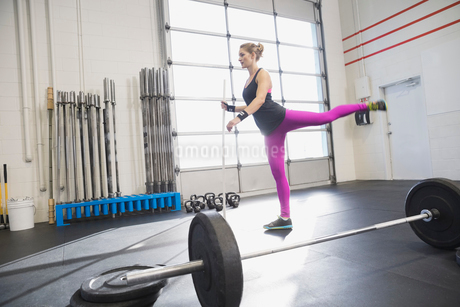 Woman warming up in Crossfit gymの写真素材 [FYI02303442]